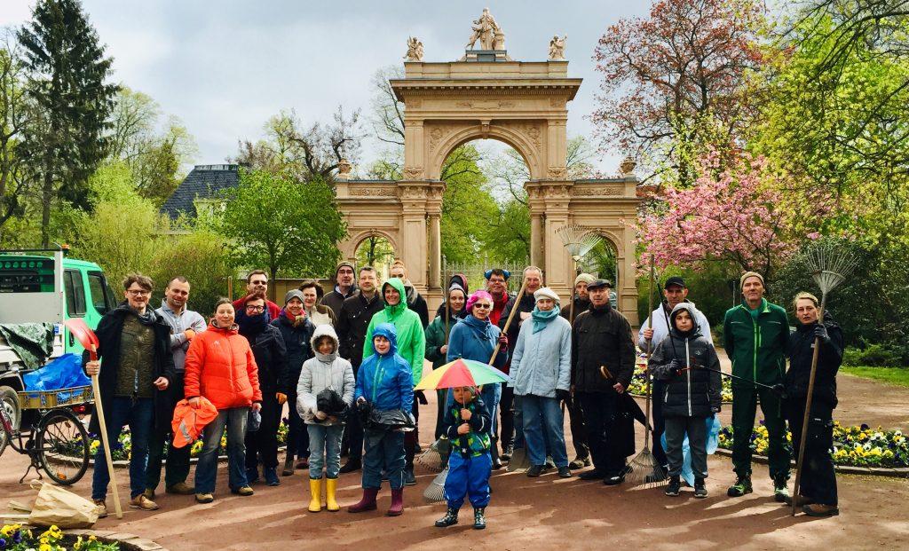 Ehrenamtliche beim Frühjahrsputz im Bürgerpark Pankow